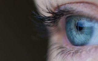 Чешется левый глаз в воскресенье: примета