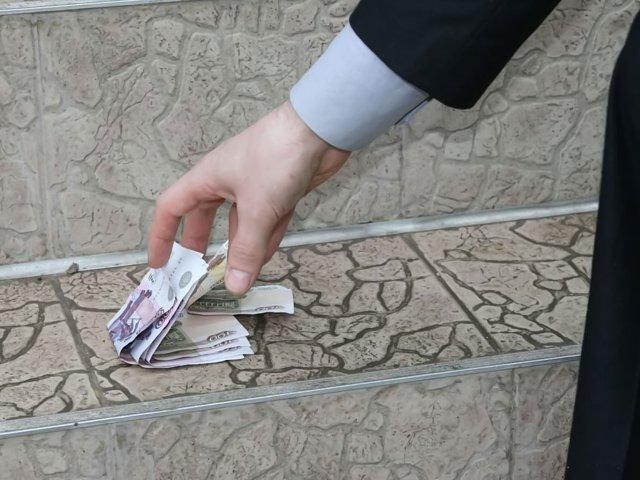 Нашли деньги (пачку) на улице: что делать, приметы, в диване, можно ли поднимать деньги