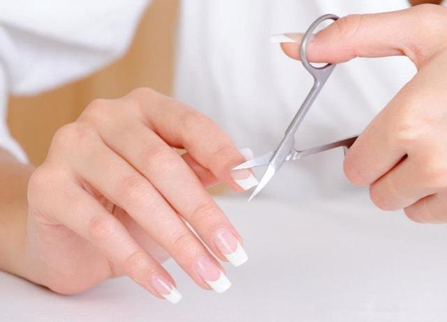 Стричь ногти по дням недели: когда, приметы