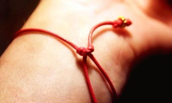 Молитва при завязывании красной нити на запястье: 7 узелков, ребенку, оберег