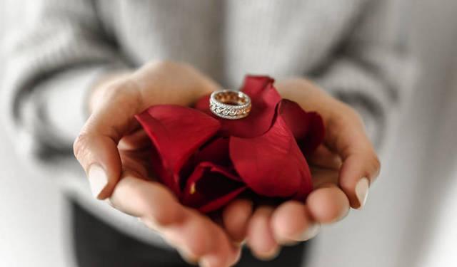 Можно ли дарить кольцо: к чему, плохая примета, почему нельзя