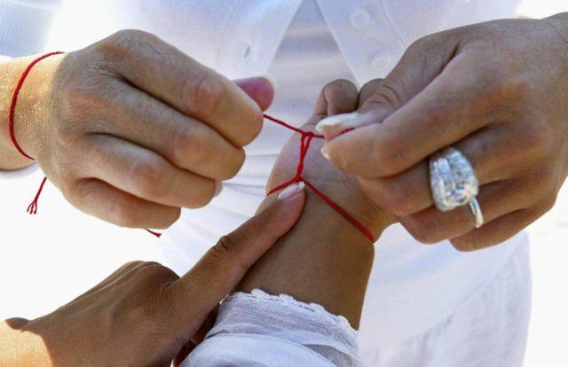 Красная нить на правой руке: что это значит, как завязать, можно ли носить