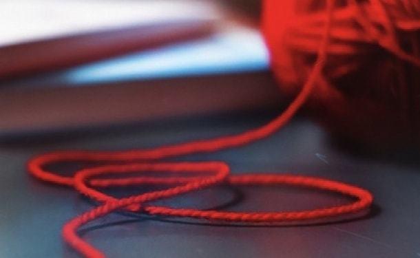 Как правильно носить красную нить на запястье и сколько по времени работает защита