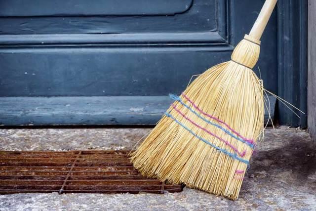 Веник в доме: приметы и суеверия