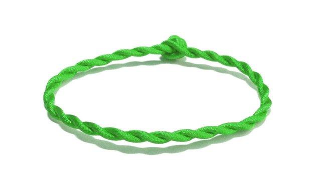 Зеленая нить на запястье: что значит, для чего носят, правое и левое