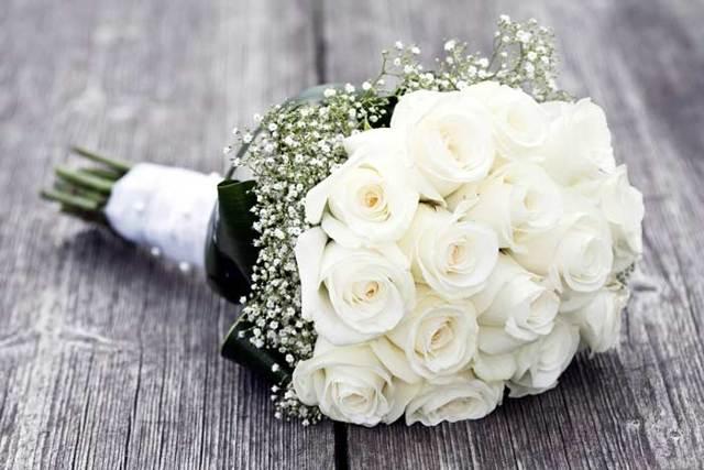 К чему дарят белые розы: девушке, женщине, приметы