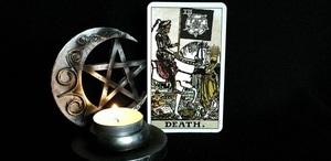 Смерть Таро (13 аркан): значения и сочетания с другими картами, в отношениях и любви, перевернутый и прямой в раскладах, описание и толкование