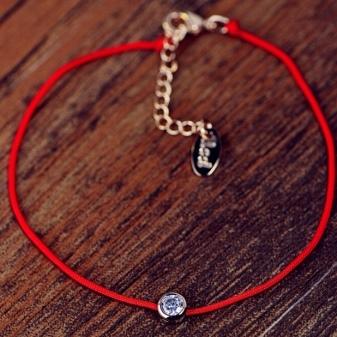 Красная нить на запястье: что значит талисман, шерстяная, браслет