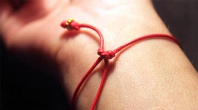 Красная нить с камушком: что означает на запястье