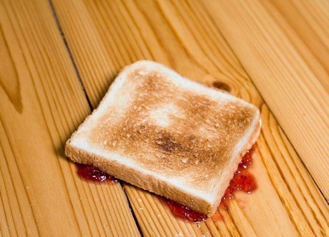 К чему падает хлеб на пол: народные приметы