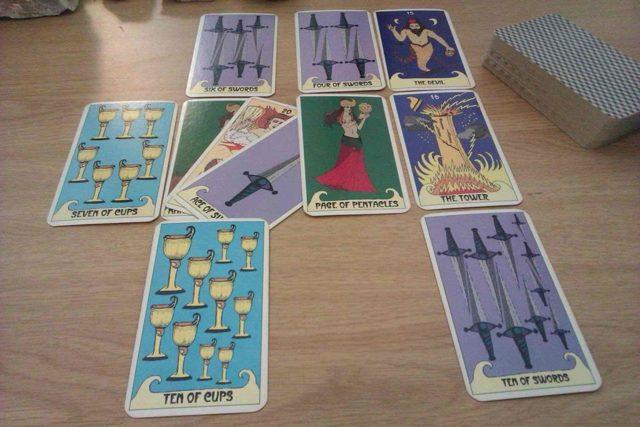 Башня Таро (16 аркан, Богадельня): значения и сочетания с другими картами, в отношениях и любви, перевернутый и прямой в раскладах, описание и толкование