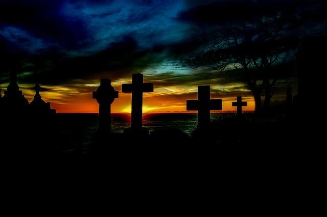 Как навести порчу на смерть: в домашних условиях, врагу, с помощью кладбищенской земли
