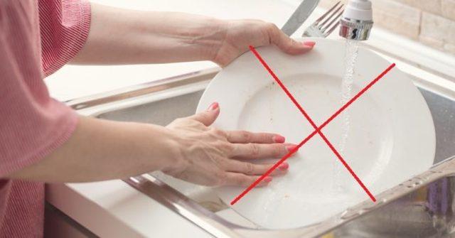 Почему нельзя мыть посуду в гостях: секрет приметы