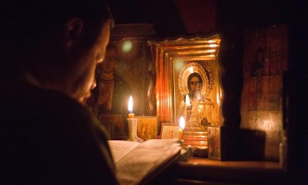 Как правильно молиться: дома, чтобы Бог услышал, в церкви перед иконами