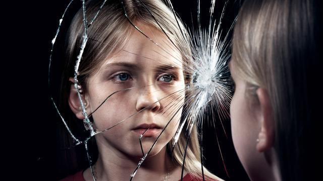 Ребенок разбил зеркало: к чему, что будет, что делать, приметы