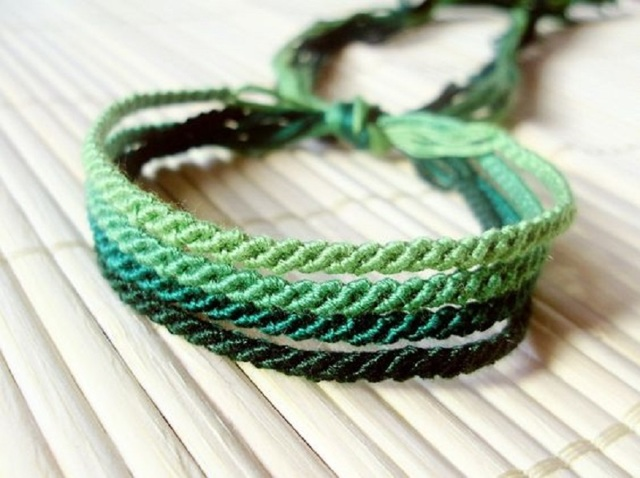 Синяя (голубая) нитка на запястье: что значит и как носить