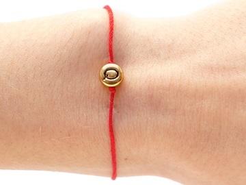 Как правильно завязать красную нить на запястье самой себе и для чего