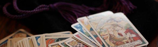 Королева Жезлов (Дама Посохов, Булав): значение аркана Таро, сочетания с другими картами, толкование в гаданиях и раскладах, перевернутая и прямая
