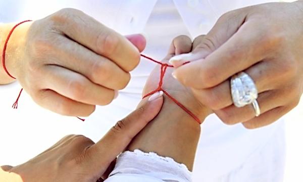 Шерстяная нитка на запястье от боли в суставах: что означает и как завязать