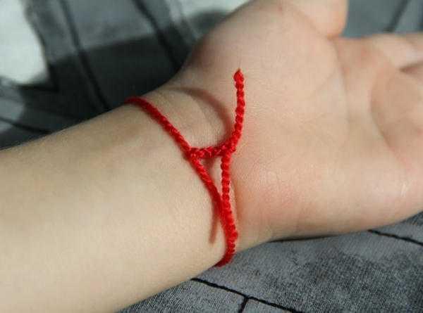 Красная нить на руке ребенка: как правильно завязать оберег на запястье