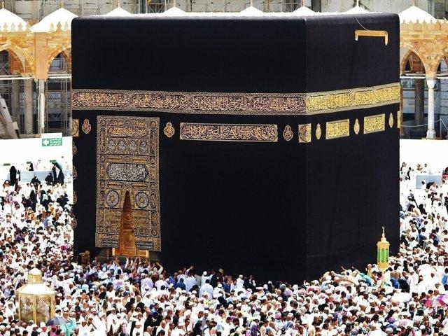 В какую сторону молиться мусульманину: по компасу, направление киблы, как определить