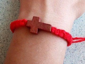 Красная нить от сглаза: на какой руке носить, как правильно завязать на запястье, девушке