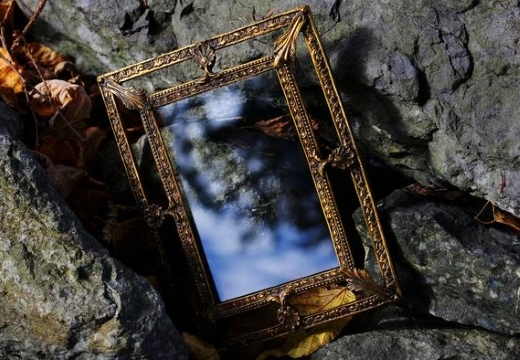 Зеркальная порча: что это такое, выявление, снятие