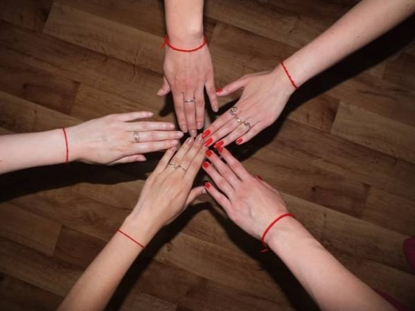 Красная нить из Иерусалима (Израиля): что означает на запястье, как правильно завязывать