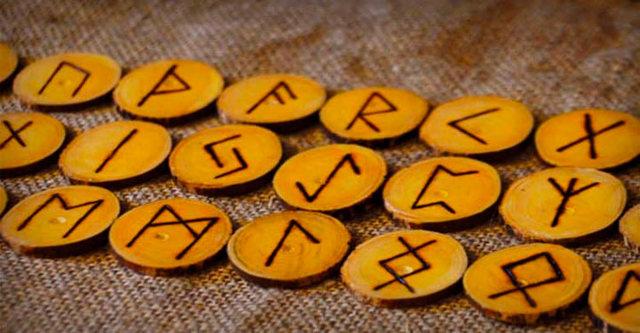 Гадание на древних рунах на ближайшее будущее: на отношения, на одной руне, взгляд мудреца
