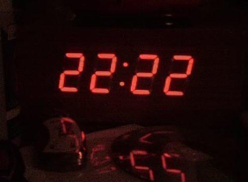 Одинаковые и зеркальные цифры на часах: значение, толкование