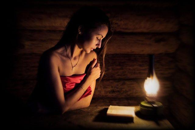 Заговор от рожи (рожистого воспаления): читать самому, на ноге, на красную ткань