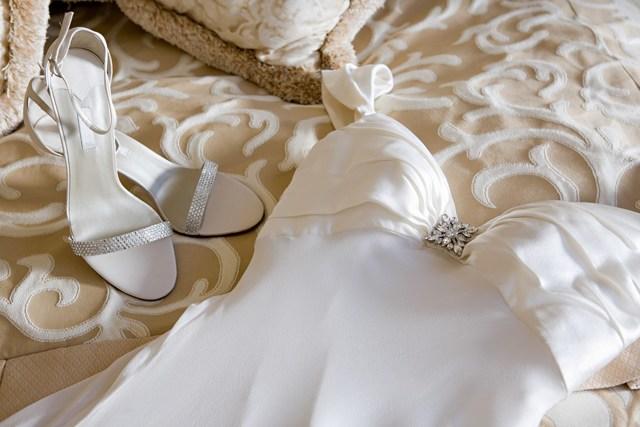 Приметы про свадебное платье 2020: народные суеверия на счастье для невесты, цвет наряда и аксессуары, как выбрать, можно ли продавать