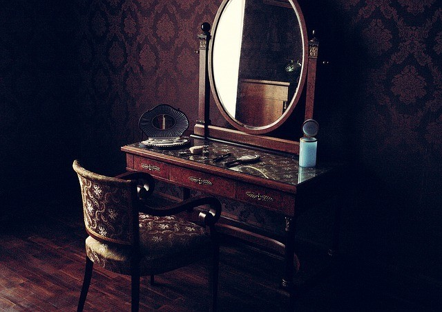 Заговоры на зеркало: обряд на привлечение денег, чтобы присниться мужчине, для вора и соперницы, когда выбрасываешь разбитое