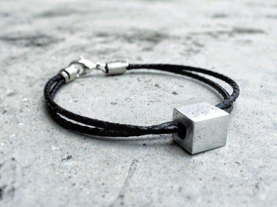 Черная нить на запястье: что означает на правой руке и как носить