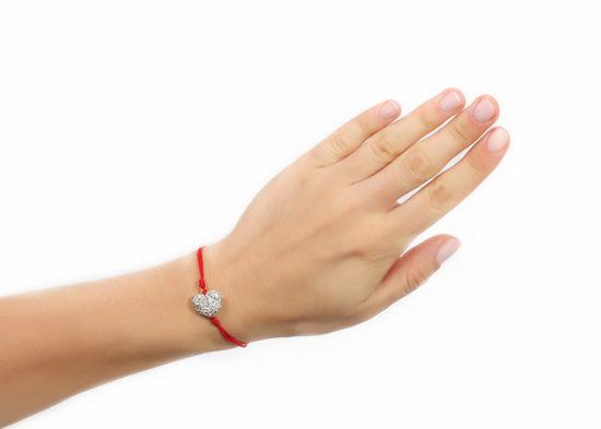 Для чего носят красную шерстяную нить на запястье, зачем завязывают