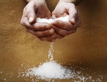 Рассыпать соль: к чему, что делать, примета