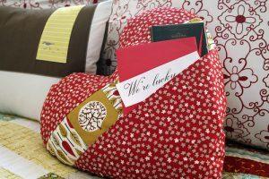 Можно ли дарить подушку: приметы