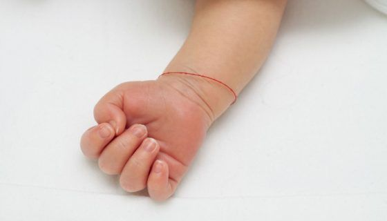 Красная нить на ноге: как завязать и что означает