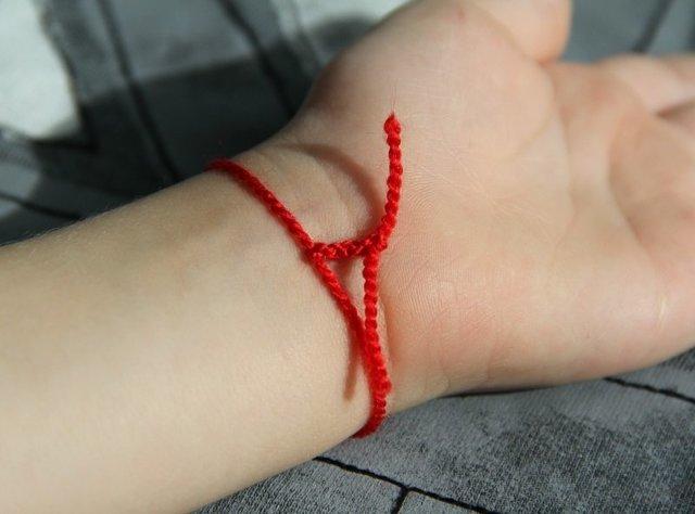 Можно ли снимать красную нить с запястья, как правильно это сделать и когда