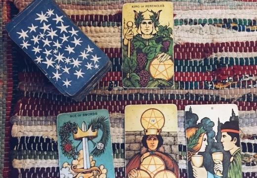Король Пентаклей (Монет, Денариев): значение аркана Таро, сочетания с другими картами, толкование в гаданиях и раскладах, перевернутый и прямой