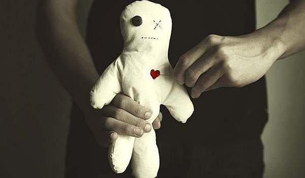Как избавиться от куклы Вуду, если нашел ее: не навредив человеку, уничтожение
