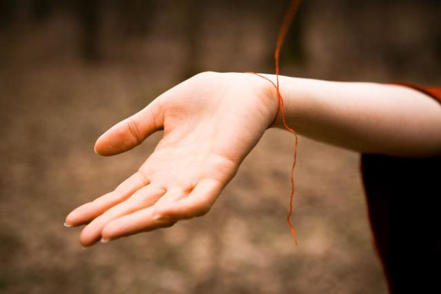 Нить на запястье: цвета и значения, на какую руку