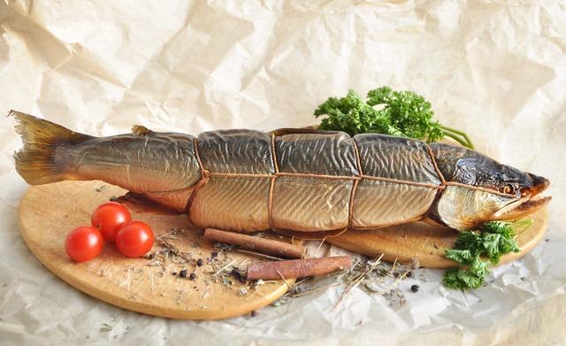 Копченая рыба во сне: видеть для женщины и мужчины, без головы, есть, коптить, резать