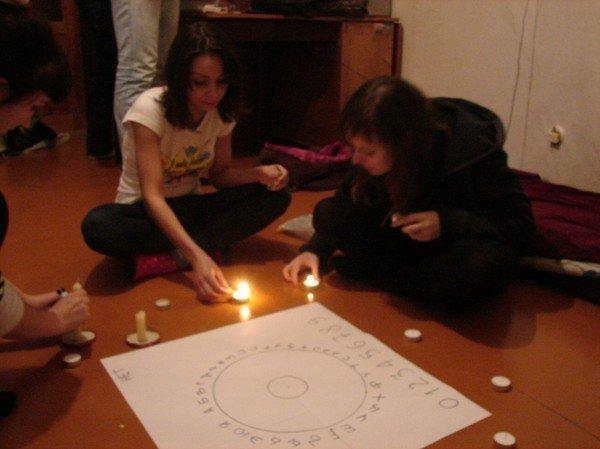 Гадание на блюдце с алфавитным кругом в Новый год и Рождество в 2020 году: с иголкой, круг с буквами и цифрами