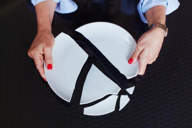Разбить тарелку: примета, к чему падает, для девушки, к счастью